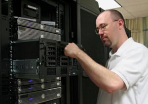 Serveradministrator vergewissert sich persönlich der Betriebsbereitschaft.